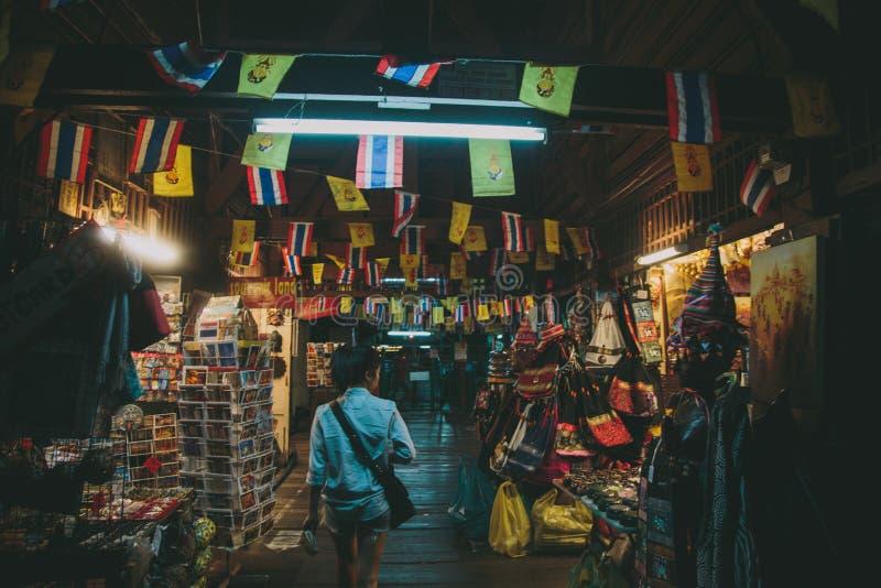 Het onderzoeken van de Nachtmarkt in Bangkok stock fotografie