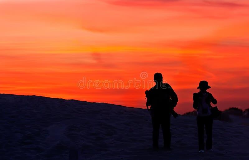 Het onderzoeken van de woestijn in de zonsondergang stock afbeeldingen