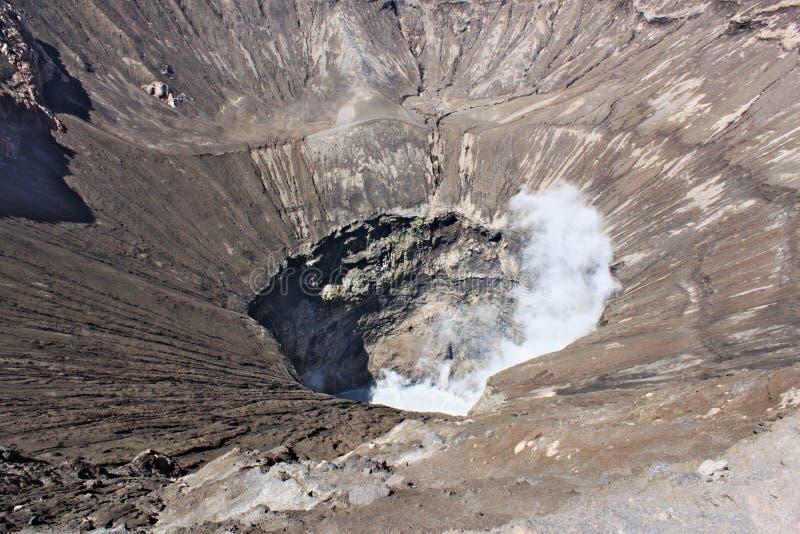 Het onderzoeken van grote krater van actieve Bromo-Vulkaan in Indonesië royalty-vrije stock foto's