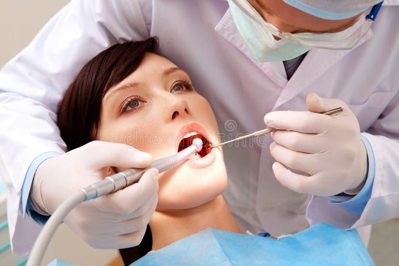 Het onderzoeken van mondholte stock afbeeldingen