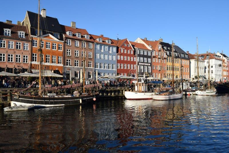 Het onderzoeken van nyhavn kanaal in de stad Denemarken van Kopenhagen royalty-vrije stock fotografie