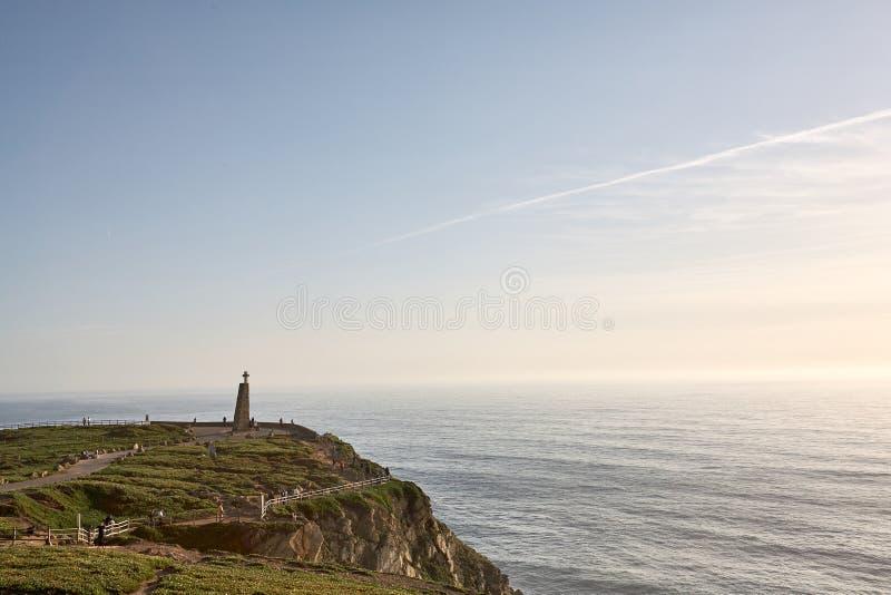 Het onderzoeken van Portugal De oceaan van Caboda Roca en bergenmening landsc royalty-vrije stock afbeeldingen