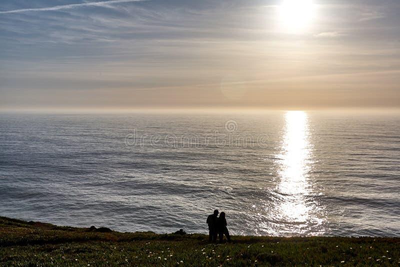 Het onderzoeken van Portugal De oceaan van Caboda Roca en bergenmening landsc royalty-vrije stock foto's
