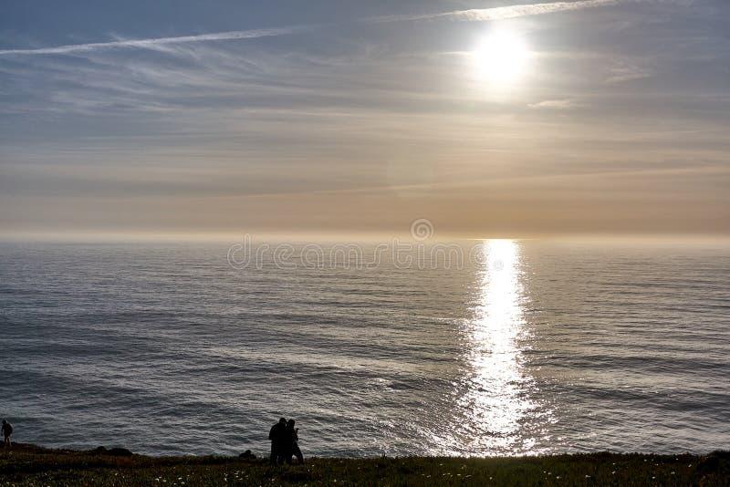 Het onderzoeken van Portugal De oceaan van Caboda Roca en bergenmening landsc stock afbeelding