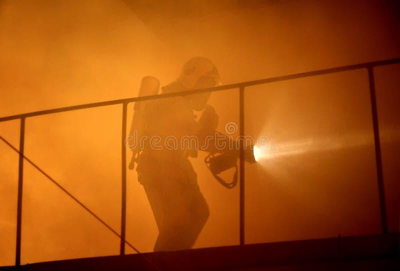 Het onderzoeksslachtoffers van de redder in rook royalty-vrije stock foto's