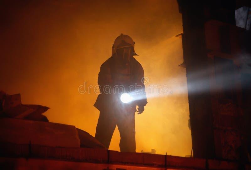 Het onderzoeksslachtoffers van de redder in rook stock afbeeldingen