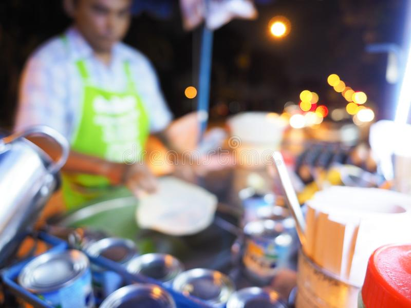 Het onduidelijk beeldbeeld van het koken van ei Roti over hete pan met palmolie in oude stijl, het koken Roti in een zwarte hete  stock fotografie
