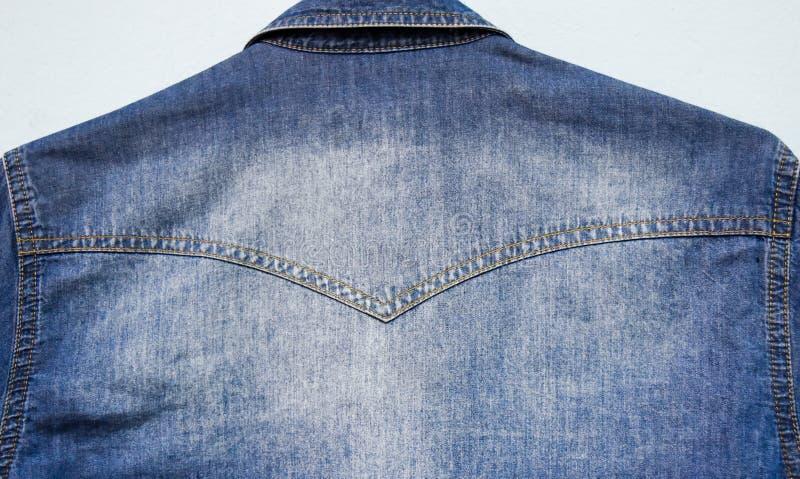 Het onduidelijke beeld van achtereind van het denimoverhemd stock foto