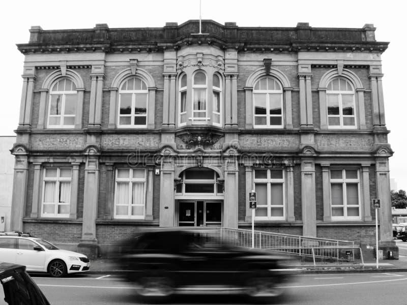 Het onduidelijke beeld van de automotie voor een gebouw royalty-vrije stock foto's
