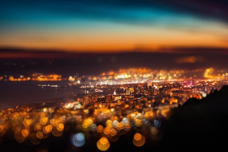 Het onduidelijke beeldeffect van de schuine standverschuiving Panorama van de nacht het luchtmening van de Stad van Varna royalty-vrije stock foto's