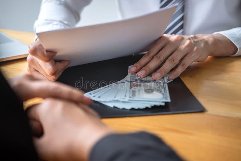 Het oneerlijke bedriegen in bedrijfs onwettig geld, Zakenman die steekpenningsgeld in bedrijfsmensen geven om succes het overeenk stock afbeelding
