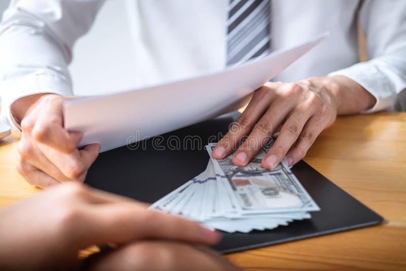 Het oneerlijke bedriegen in bedrijfs onwettig geld, Zakenman die steekpenningsgeld in bedrijfsmensen geven om succes het overeenk stock fotografie