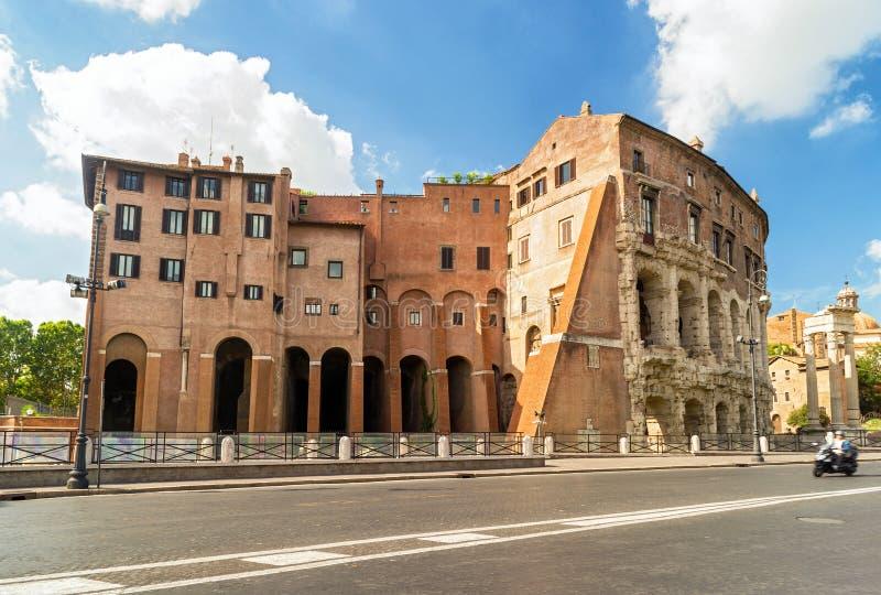 Het ongebruikelijke oude gebouw in een straat in centraal Rome stock afbeelding