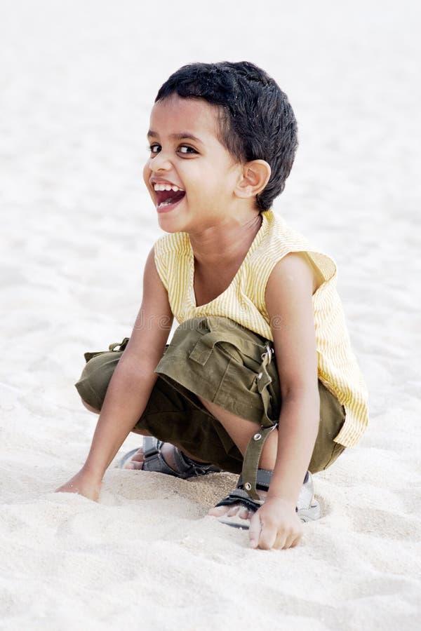 Het ongehoorzame jongen lachen royalty-vrije stock fotografie