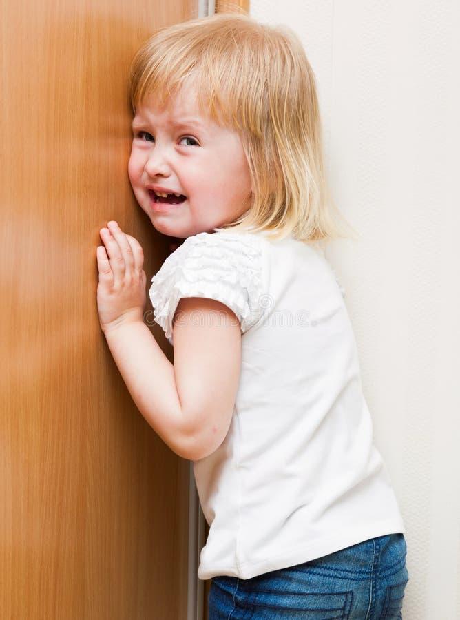 Het ongehoorzame kind bevindt zich in de hoek royalty-vrije stock afbeelding