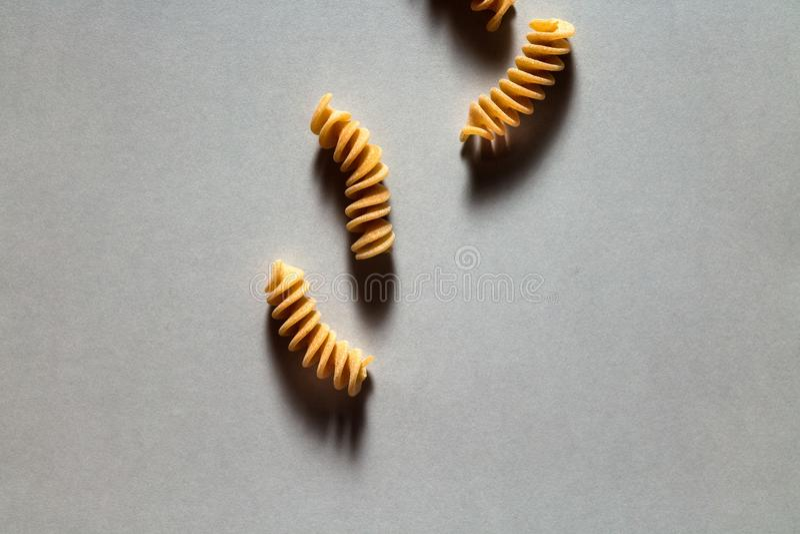 Het ongekookte minimale het voedsel van de deegwaren hoogste mening stileren op een neutrale achtergrond royalty-vrije stock foto