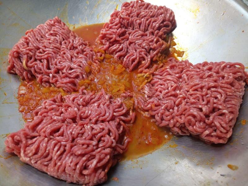 Het ongekookte rundvlees hakt het braden in een zilveren wok fijn royalty-vrije stock fotografie