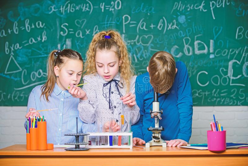 Het is ongelooflijk Kleine kinderen bij laboratorium Kleine jonge geitjes die chemie in schoollaboratorium leren students do biol royalty-vrije stock fotografie