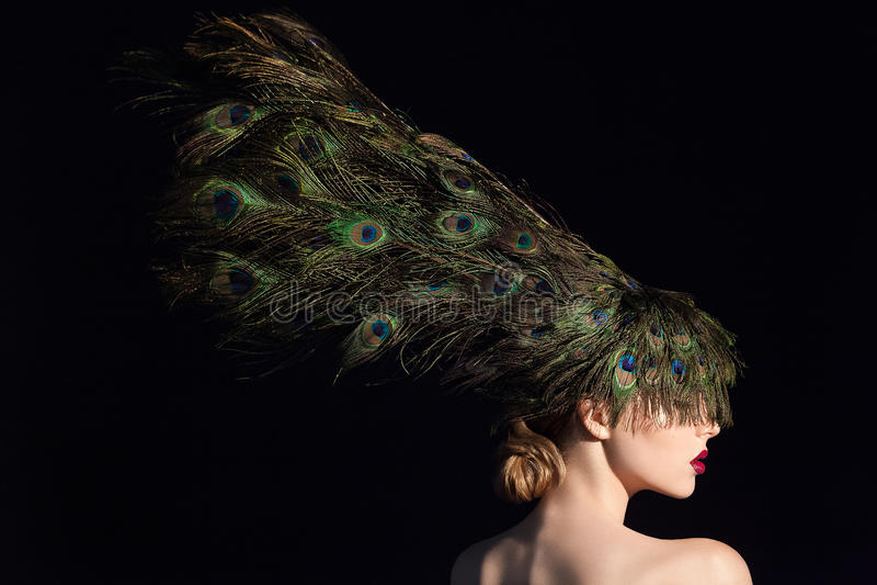 Het ongelooflijke portret van de manierschoonheid van aantrekkelijk meisjesmodel met pauwveren stock foto