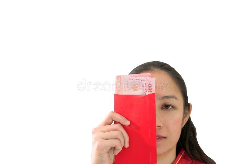 Het ongelukkige Chiense-vrouwenrood wikkelt met geldnieuwjaar royalty-vrije stock foto