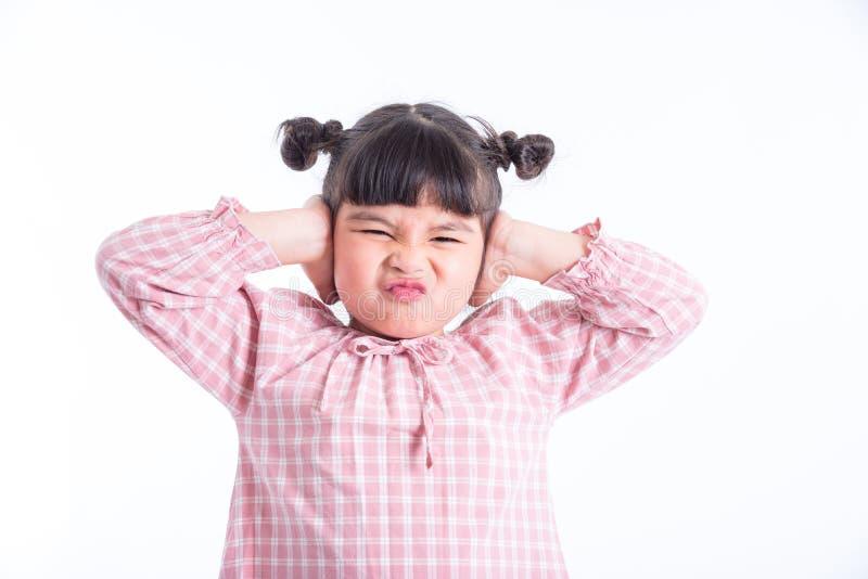 Het ongelukkige meisje die haar oren sluiten overhandigt langs wit stock foto