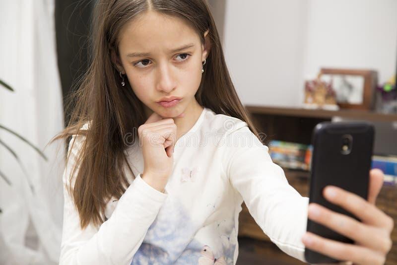 Het ongelukkige meisje maakt een zelffoto royalty-vrije stock foto