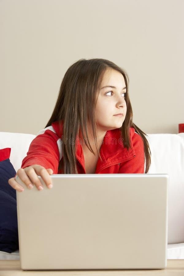 Het ongerust gemaakte Kijken Meisje dat Laptop met behulp van stock afbeelding