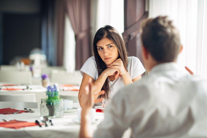 Het ongerust gemaakte vrouw betwijfelen Het boze wijfje veracht partnersacties, geageerde persoon die verhoudingsproblemen hebben royalty-vrije stock fotografie