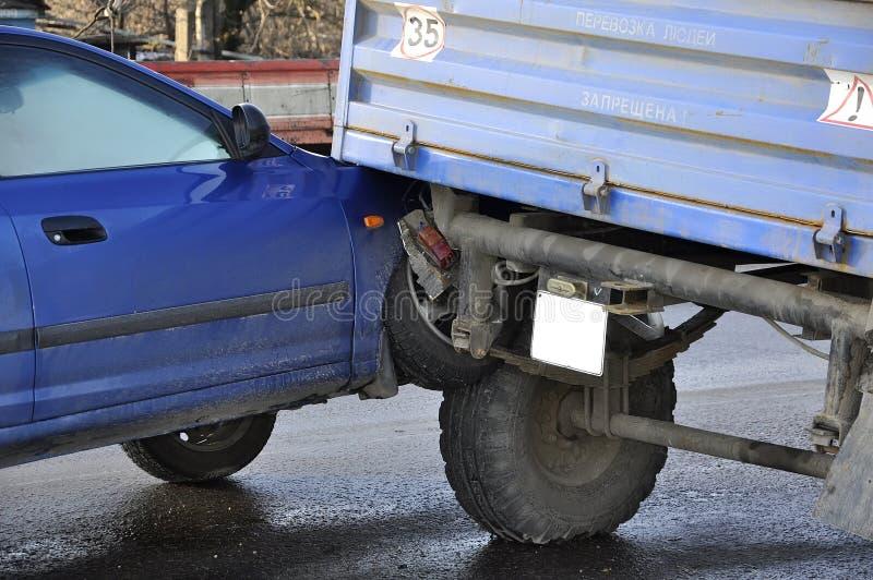 Het ongeval, auto kwam met een tractor in botsing stock foto's