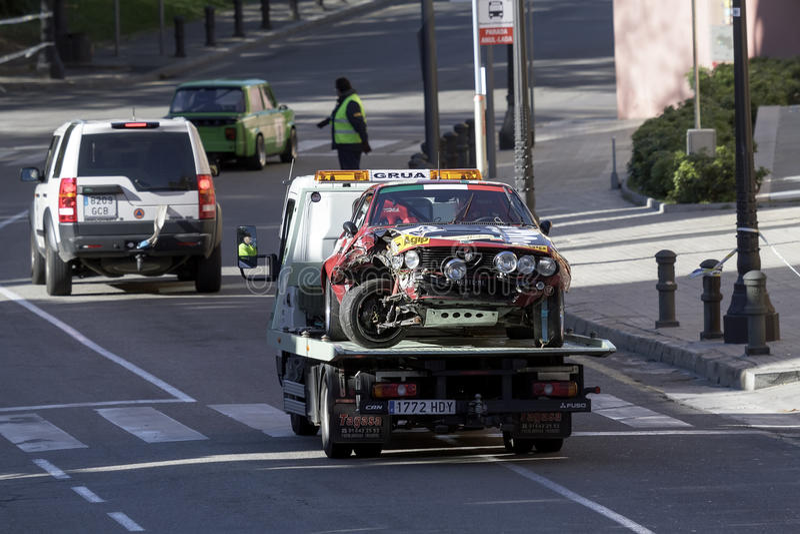 Het ongeval van de auto door de kraanbaan die wordt genomen stock afbeeldingen