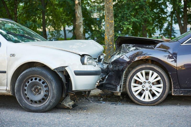 Het ongeval van de autoneerstorting op straat stock afbeelding
