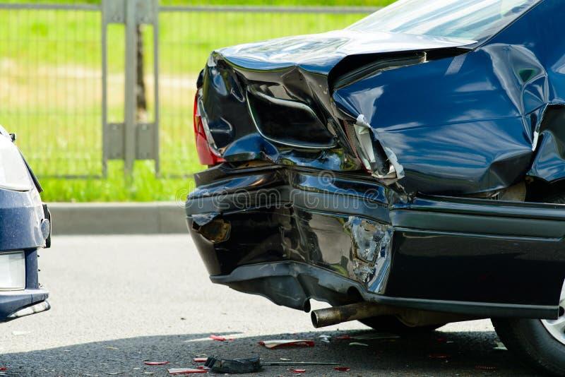 Het ongeval van de autoneerstorting op straat stock fotografie