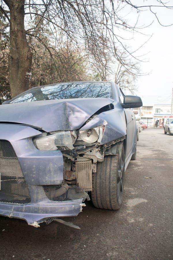 Het ongeval van de autoneerstorting op straat, beschadigde auto's na botsing in stad stock fotografie