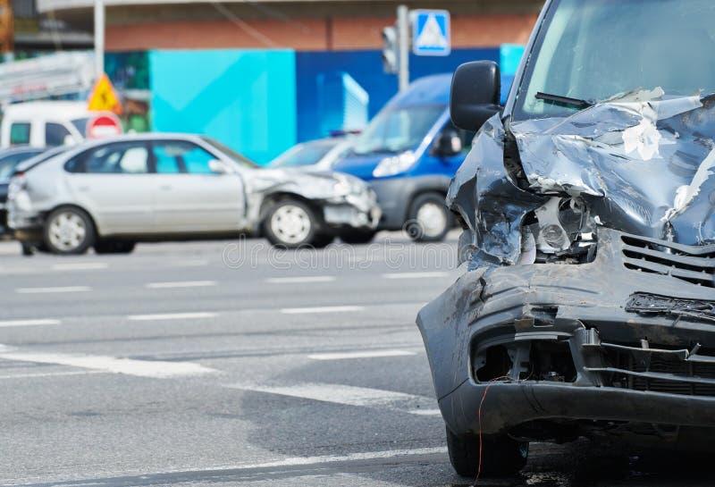 Het ongeval van de autoneerstorting op straat, beschadigde auto's na botsing in stad royalty-vrije stock foto
