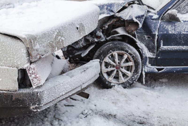 Het ongeval van de autoneerstorting op de winter sneeuwweg stock afbeeldingen