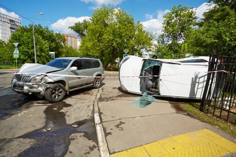 Het ongeval van de twee autoneerstorting op een weg stock fotografie