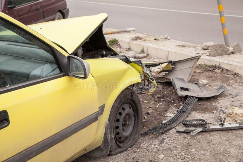Het ongeval van het verkeer Gele verpletterde auto royalty-vrije stock foto's