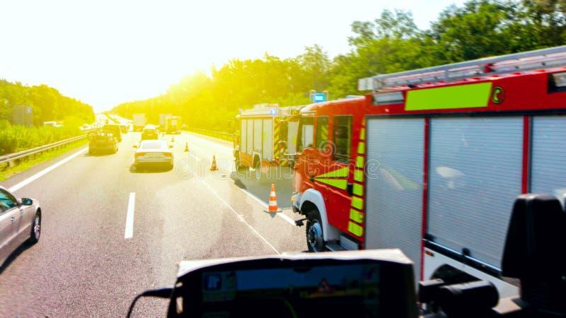 Het ongeval van het verkeer ongeval met een auto, ziekenwagen, politie stock foto's