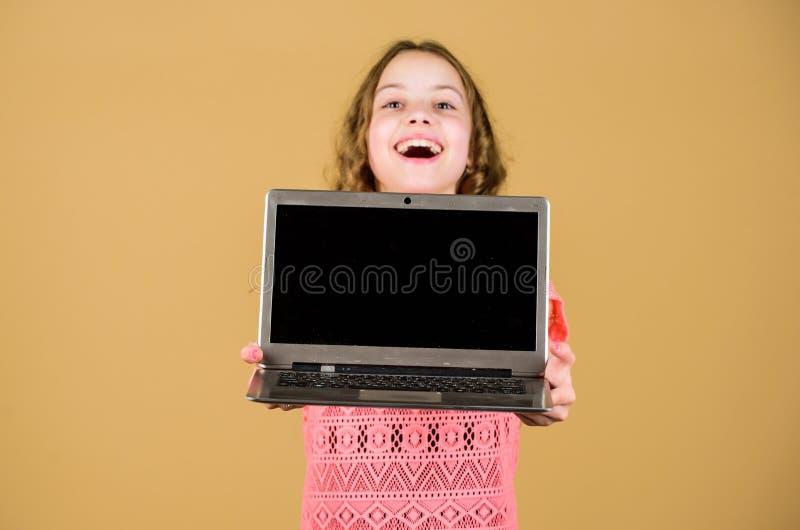 Het online cursussen privé onderwijs Gelukkig meisje met notitieboekje r Sociaal netwerk Het winkelen royalty-vrije stock afbeelding