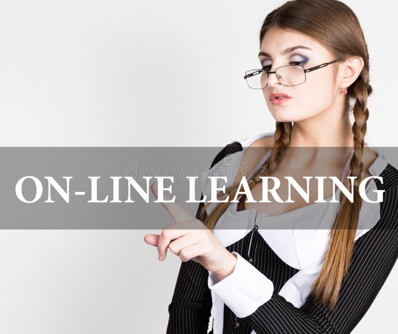 Het online leren geschreven op het virtuele scherm de sexy secretaresse in een pak met glazen, persen knoopt op virtueel dicht royalty-vrije stock afbeeldingen