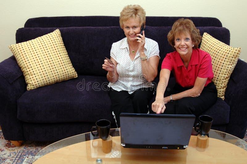 Het online winkelen van vrouwen stock afbeelding