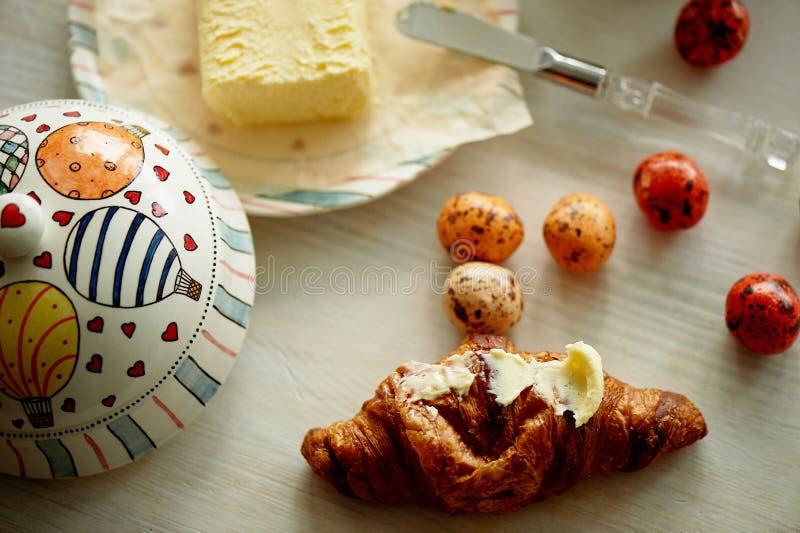 Het ontbijt is een escapist en een creatieve persoon Oliebusje met ballons, en suikergoed in de vorm van kwartelseieren royalty-vrije stock afbeeldingen