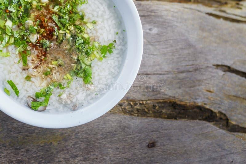 Het ontbijt is maïsmeelpap in witte kom en bovenkant met Groente, FO royalty-vrije stock foto's