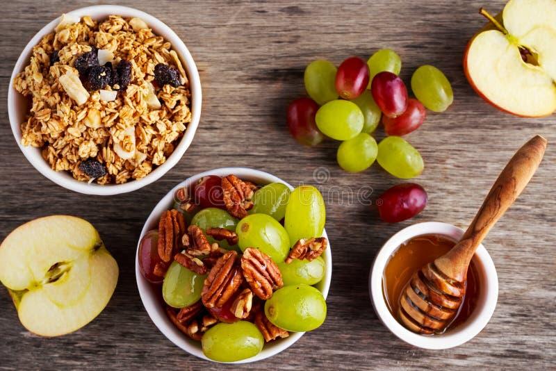 Het ontbijt prep met geroosterde haver groepeert zich, de sappige rozijnen, banaan en ananasbrokkennoot van de druivenpecannoot royalty-vrije stock fotografie