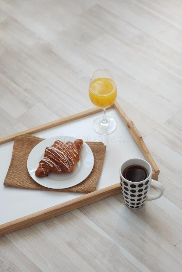 Het Ontbijtochtend van de croissant Witte Chocolade op witte achtergrond Kop thee Rustieke stijl Jus d'orange De ruimte van het e royalty-vrije stock afbeelding