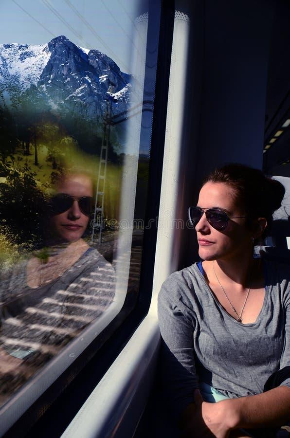 Het ontdekken van de Wereld door treinreis stock afbeelding