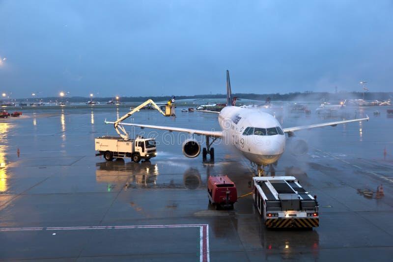 Het ontijzelen van het Lufthansa-vliegtuig stock fotografie