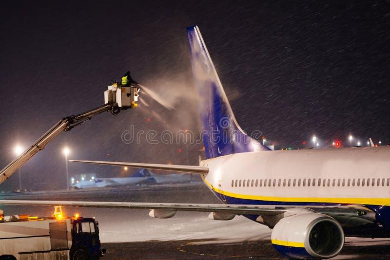 Het ontijzelen vliegtuig met glycol royalty-vrije stock foto's