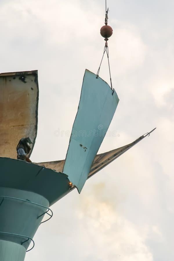 Het ontmantelen van een oude watertoren op een mooie de zomer` s dag door toortsen en een grote kraan Deze watertoren werd gevest royalty-vrije stock foto's
