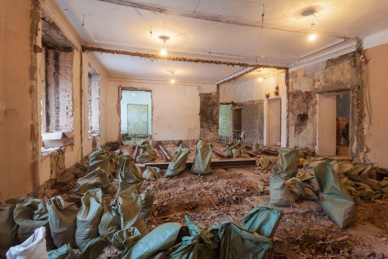 Het ontmantelen van flat` s binnenland vóór verbetering of het remodelleren, vernieuwing, uitbreiding, restauratie, wederopbouw royalty-vrije stock afbeeldingen